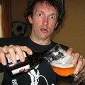 jénorme se sert une boune bière