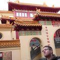 Passage devant un temple bouddhiste. Mais... il pense ?!! :oP
