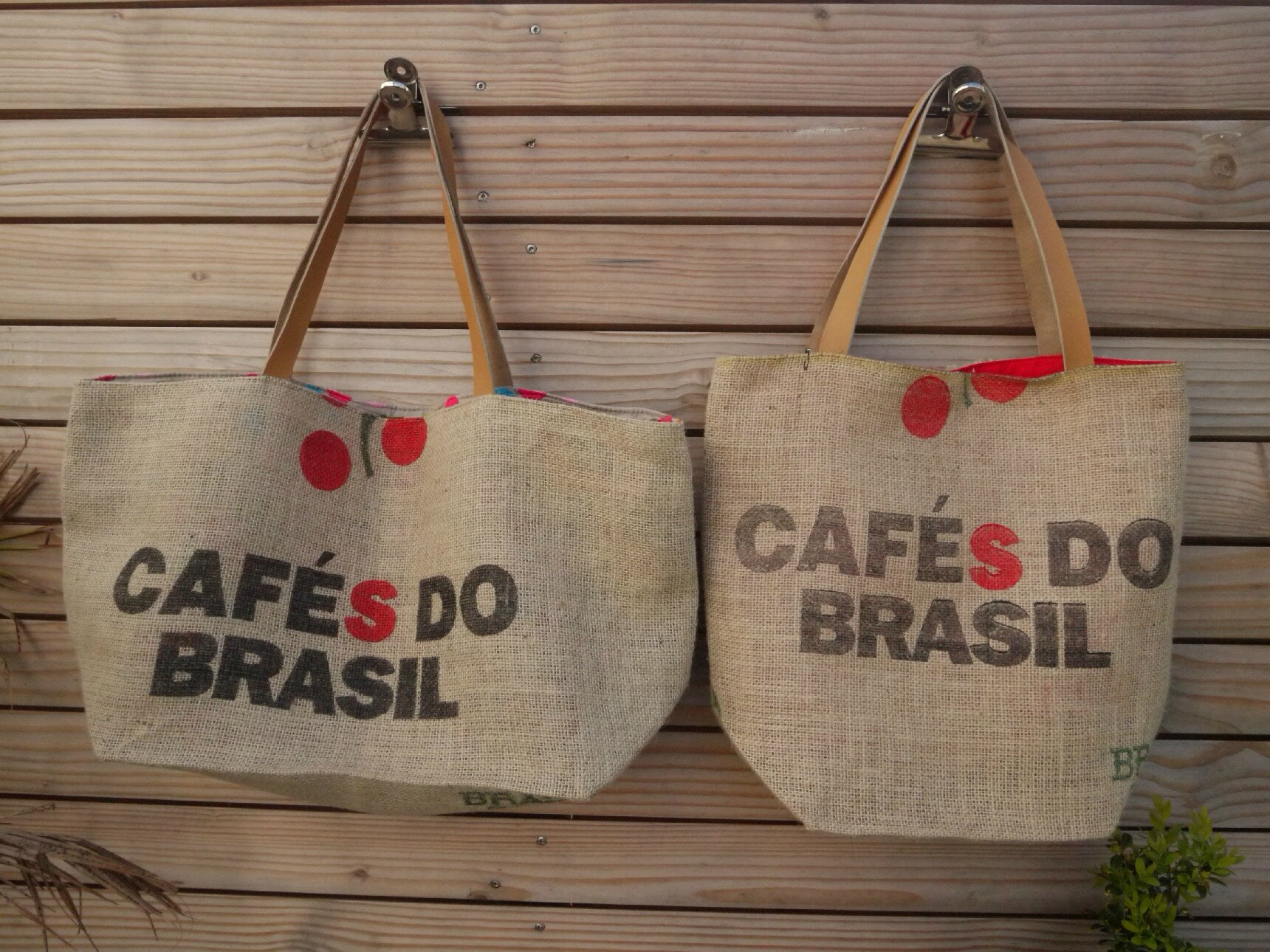 sac de plage r alis dans une toile de jute de sac caf recycl caf s do brasil mod le. Black Bedroom Furniture Sets. Home Design Ideas