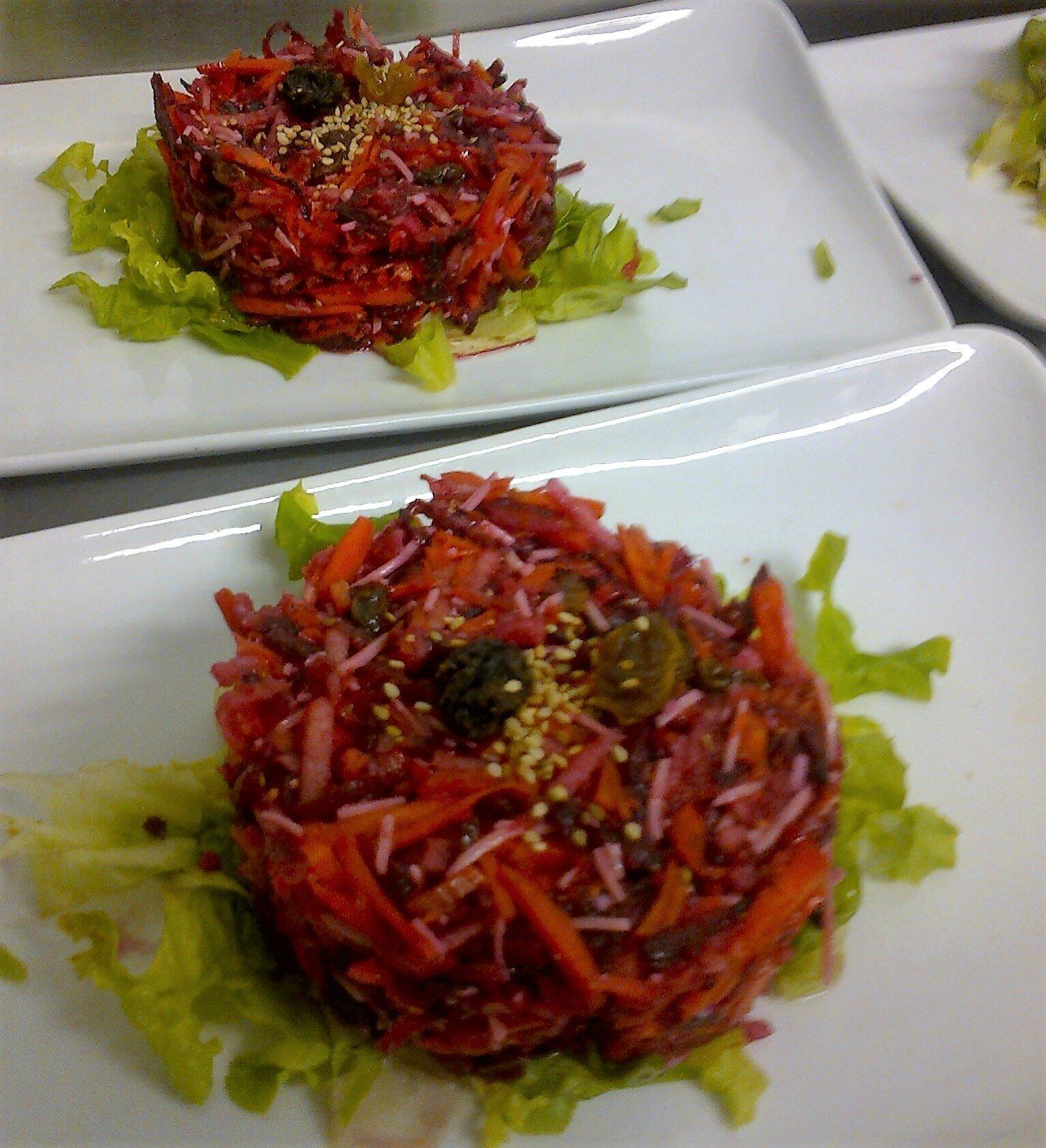 Salade Carotte, Betterave, Pomme Granny râpées avec Comté et Raisins secs, Vinaigrette au Miel & Moutarde à l'ancienne