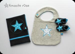 Protège carnet chaussons bavoirs étoiles turquoise