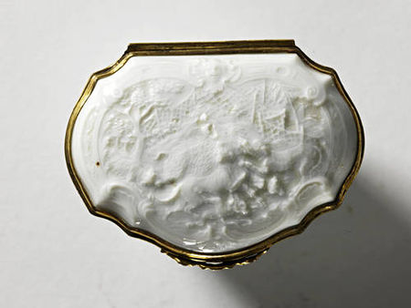 A_Meissen_gilt_metal_mounted_snuff_box__circa_1737_404