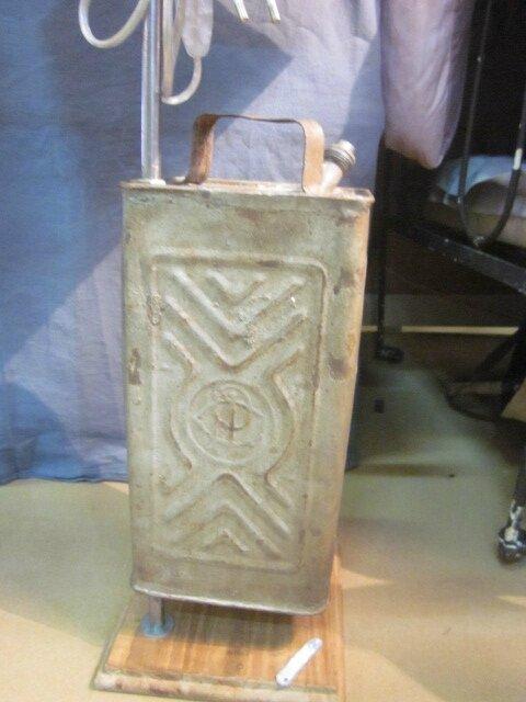 Détournement d'objet - Ancien bidon monté en pied de lampe sur socle de bois - abat-jour gris (3)
