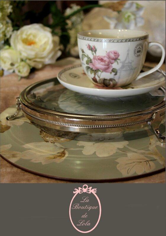 Tasse, set, rose et plateau en verre gravé.