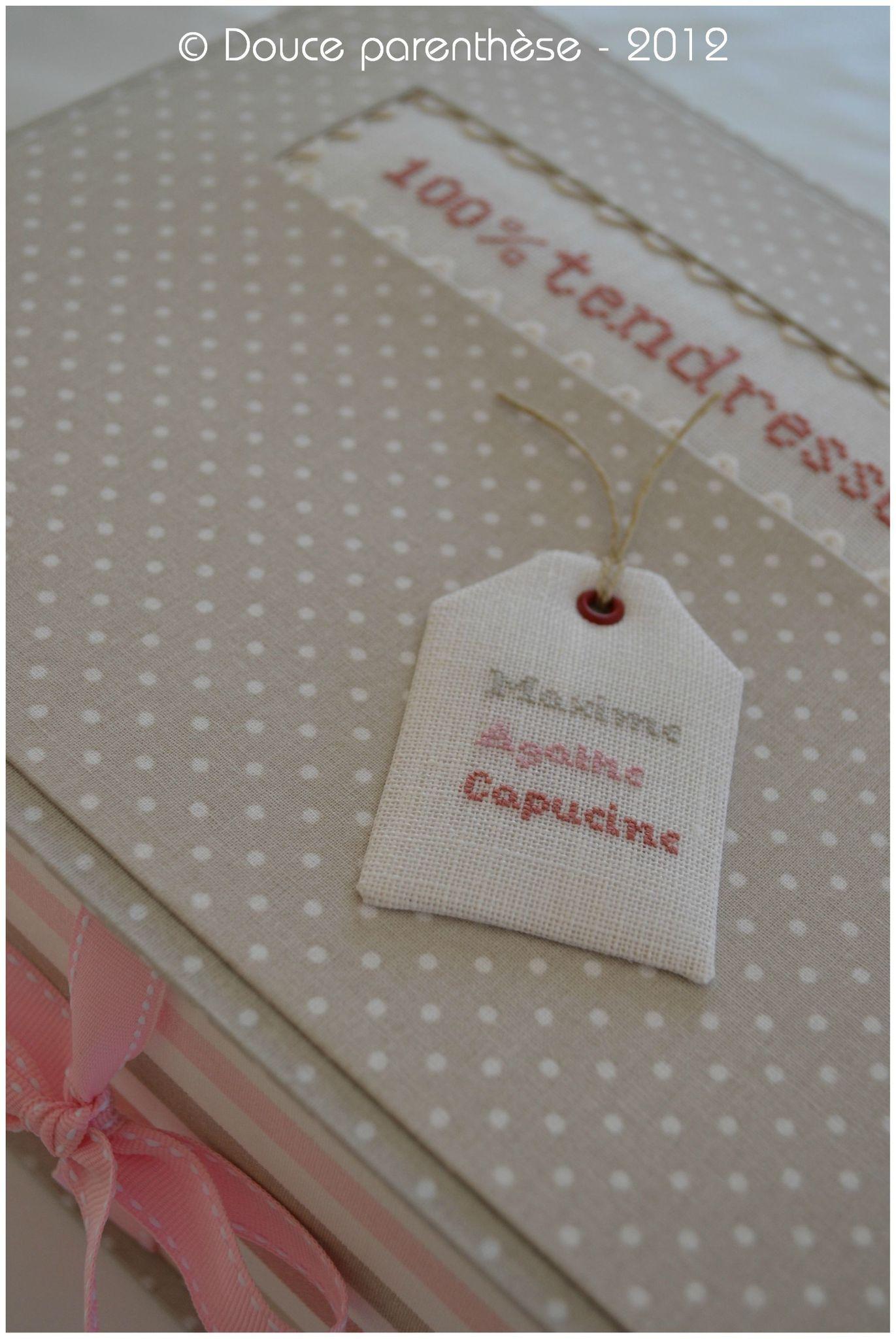 Tendresse étiquette prénoms sur boîte souvenirs