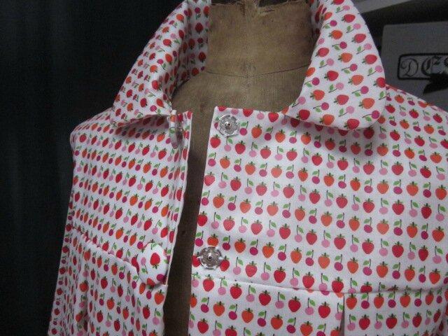 Ciré AGLAE en coton enduit blanc imprimé fraises et cerises fermé par 2 pression dissimulés sous 2 boutons recouverts (6)