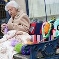001 femme de 104 ans street art en tricot 1