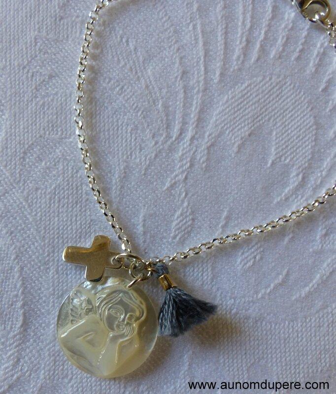 Bracelet Croix en argent massif 1 cm, médaille d'ange en nacre et mini pompon gris sur chaîne fine en argent massif - 53 € (détails)