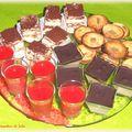Plateau de mignardises : soupes de fraises, mini tiramisus, tartelettes aux poires, panna cotta aux carambars