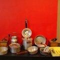Une dînette ou une batterie de cuisine d'enfant... en alu et typiquement sixties ! et deux petits moulins à café !