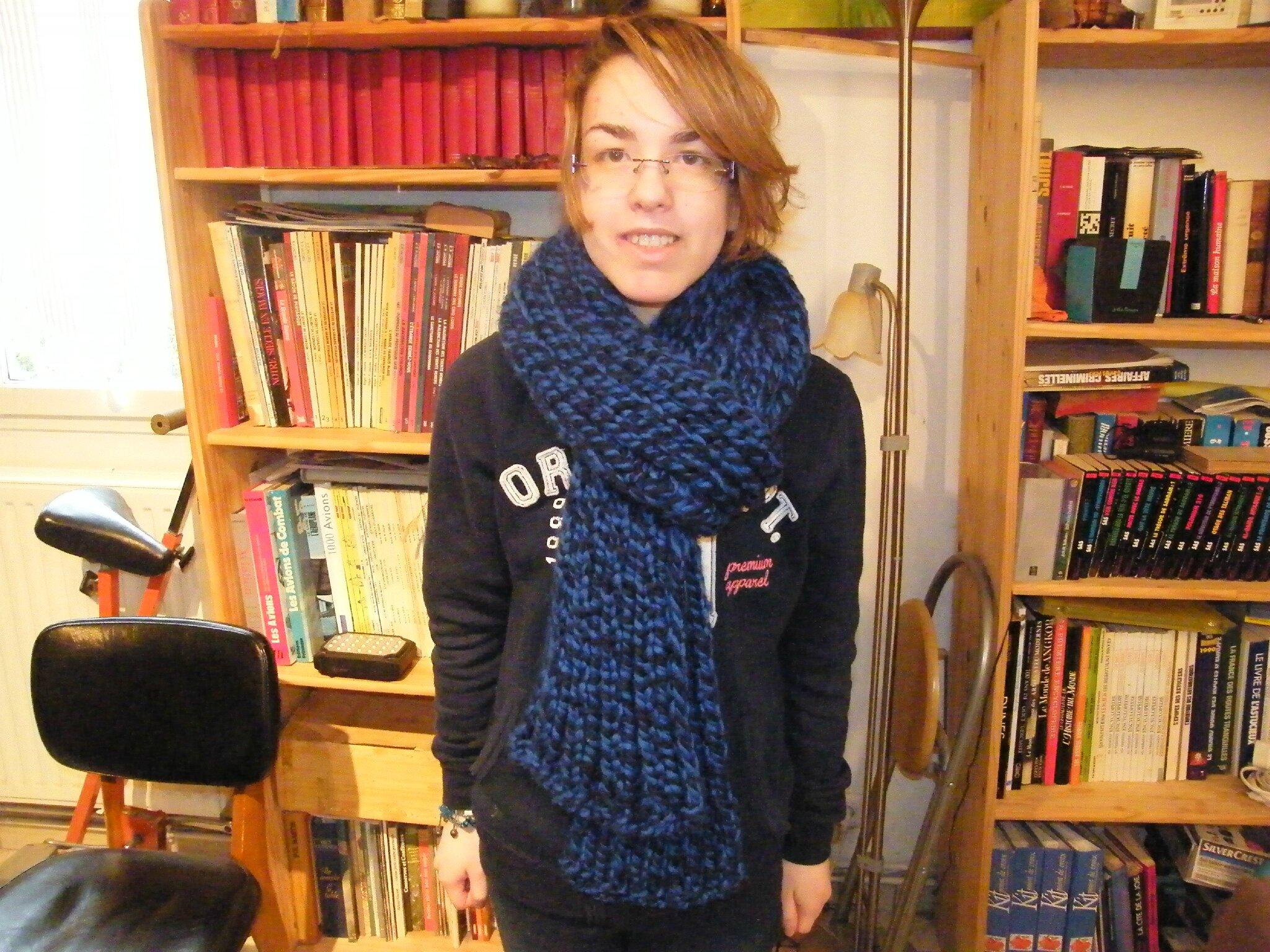 grosse écharpe bleu foncée
