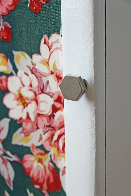 armoire-de-toilette-ancienne-fleurs-bouton