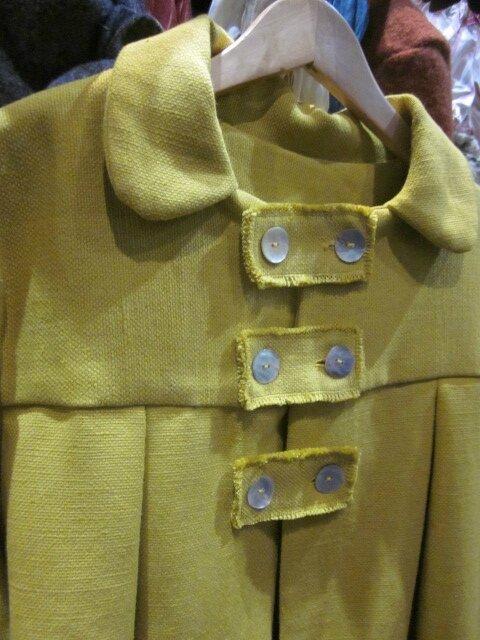 Manteau AGLAE en lin épais jaune fermé par 3 pattes de boutonnage et ses 6 boutons de nacre (6)