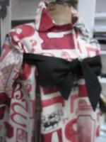 Manteau AGLAE en toile de coton couleur lin imprimé caractères d'imprimerie rouge et noir fermé par un noeud de lin noir (4)