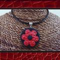 Collier fleur cuir fimo rouge et noir (N)