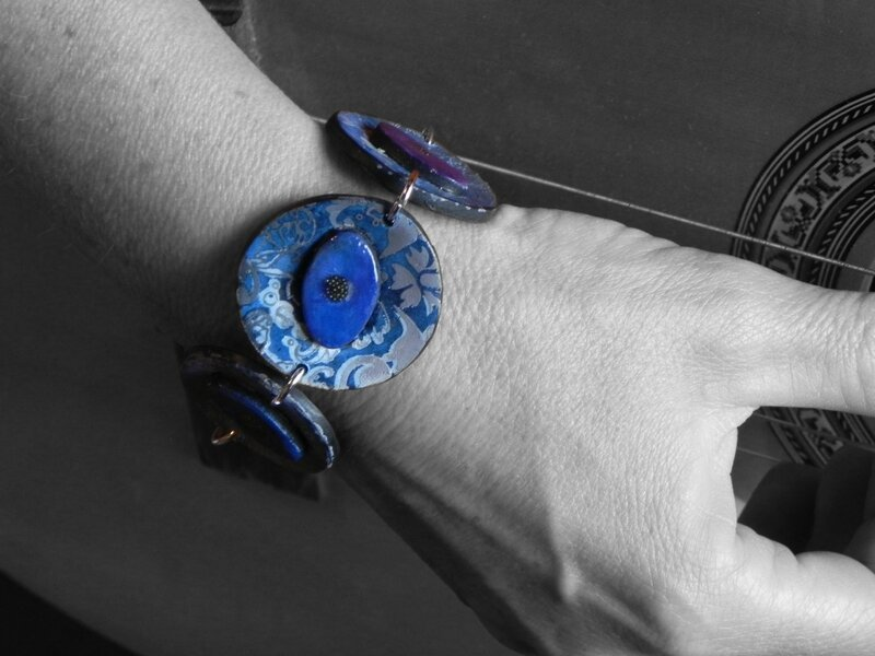 Bracelet bleu porté