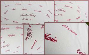 26 prénoms en bordeaux sur nappe écrue