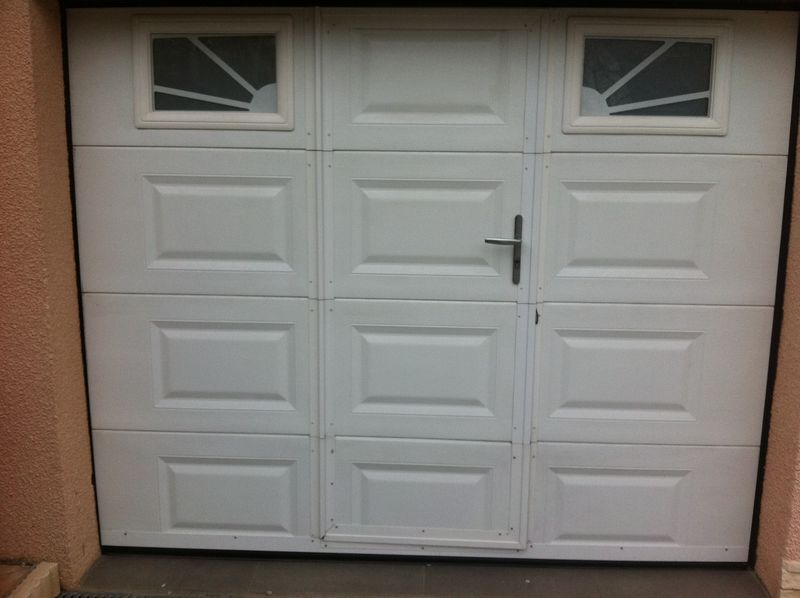 Portes de garage installateur en menuiseries et - Porte de garage avec portillon et hublot ...