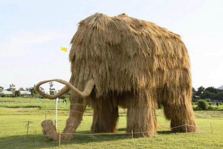 the-giant-straw-sculptures-of-japan01