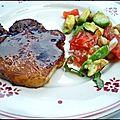 Côte de porc laquée au miel, salsa aux pois chiche et cumin