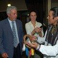 Kevin offre un présent au maire d'Albias