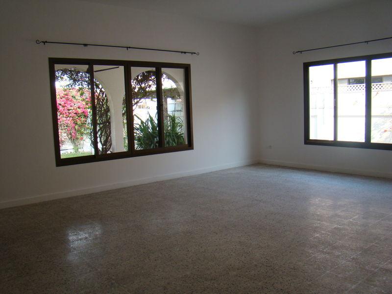 salon photo de notre maison vide a dubai les gommich. Black Bedroom Furniture Sets. Home Design Ideas