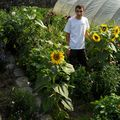 2009 08 18 Cyril devant quelques fleurs de son jardin