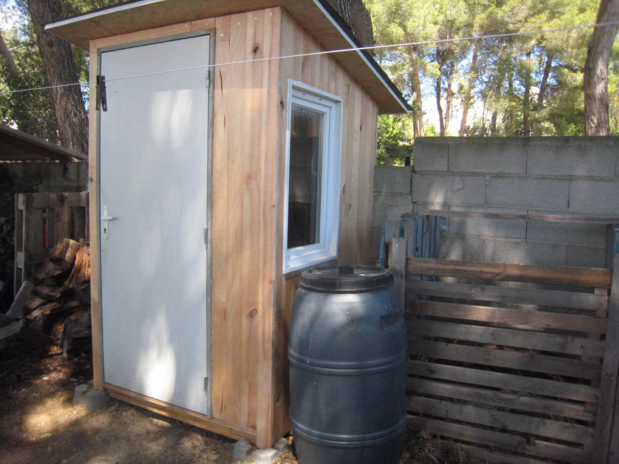 des toilettes s ches au fond du jardin cr ations et bricolages d 39 oli. Black Bedroom Furniture Sets. Home Design Ideas