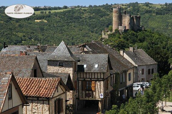 NAJAC_la_forteresse_royale_XIIe_et_XIIIe_siecles_dominant_le_village