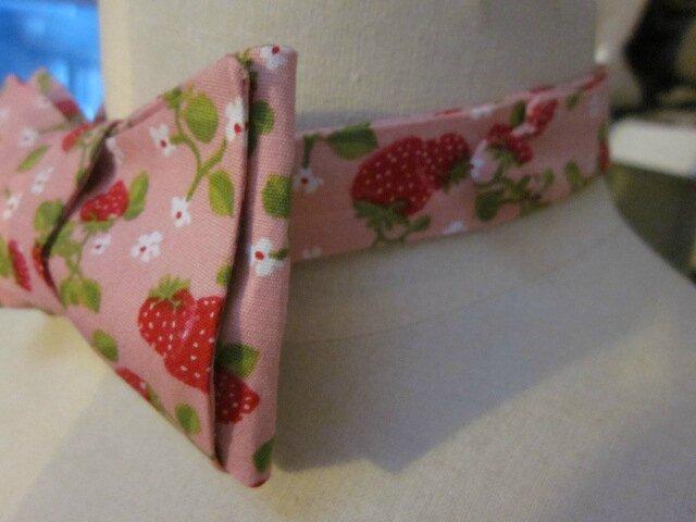Véritable NOEUD PAPillon en coton rose parsemé de gourmandes fraises rouge (3)