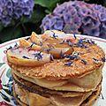 Gourmandise et mille-feuilles au caramel beurre salé et pêches de vigne rôties