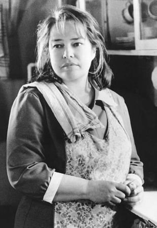 Kathy_Bates_Dolores_Claiborne_kitchen