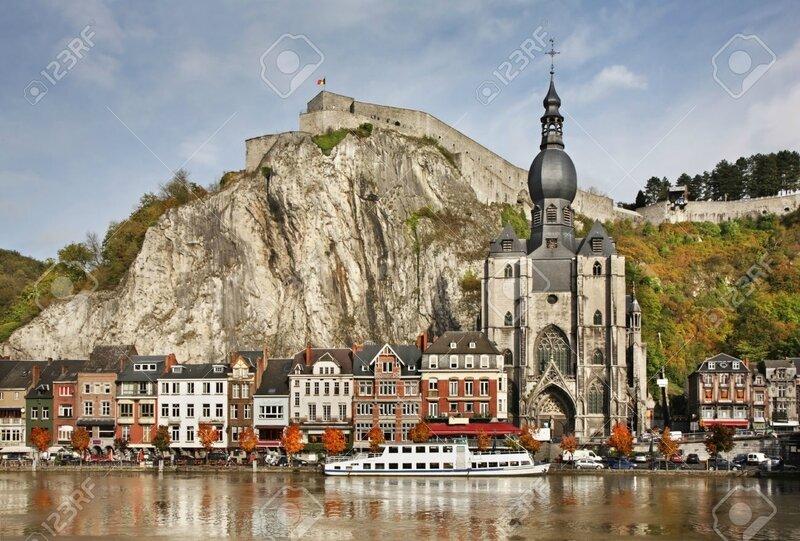 29651599-Coll-giale-Notre-Dame-et-de-la-citadelle-de-Dinant-Belgique-Banque-d'images