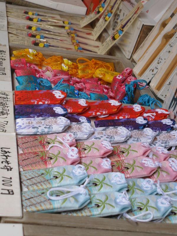 Petits marchés qui vendent souvenirs de l'île