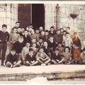 Les jeunes communiants devant l'église