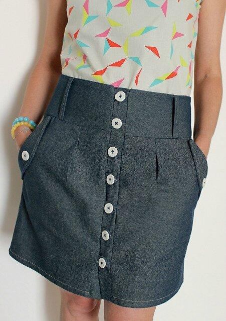 Jupe courte et droite en jeans.