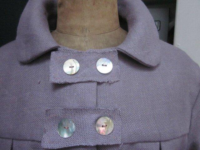 Manteau AGLAE en lin épais parme surané fermé par 3 pattes de boutonnages et quelques boutons de nacre (6)