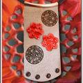 Collier Maxi Plaque grise, 2 fleurs cuir rouge et rivet noir (N)