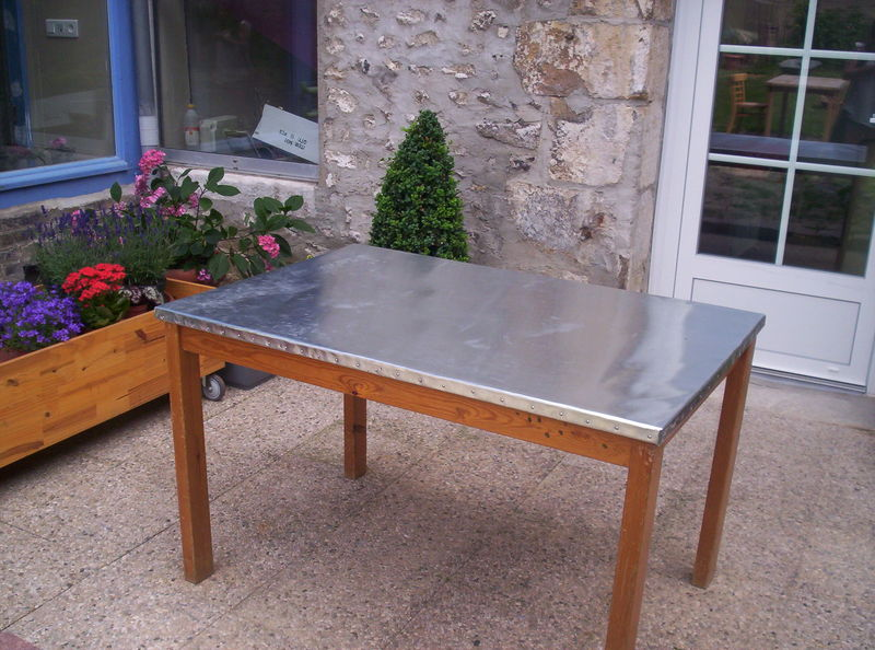 M tamorphose d 39 une table ordinaire par le zinc le petit for Table en zinc de cuisine