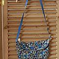 petit sac Liberty, passepoilé de bleu ciel, doublé de lin, anse en gros grain,fermé par un bouton de nacre, 17€
