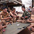 Deux soldats au mali chantent le mal du pays