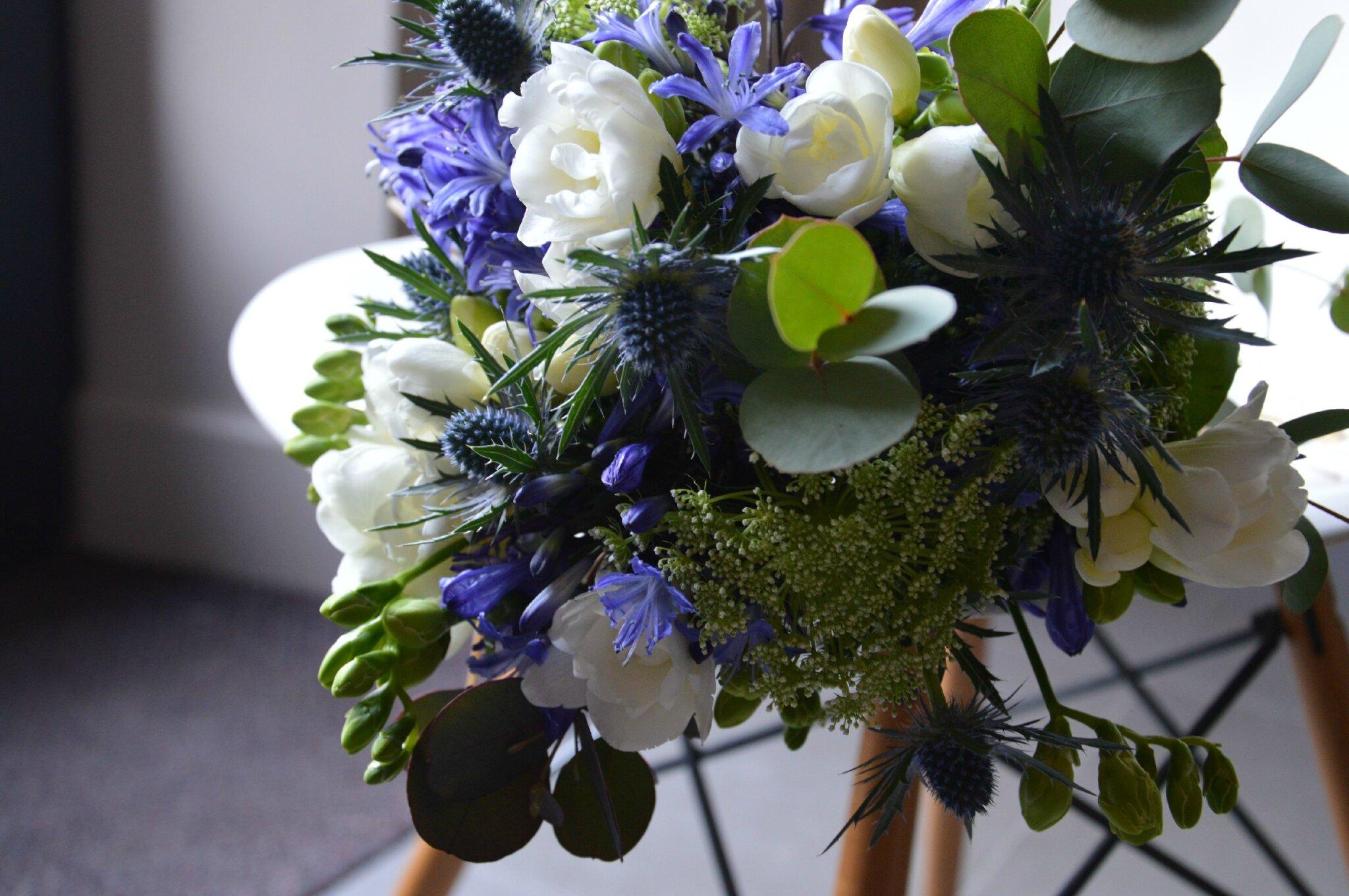 Le c t fleurs bleu de vert autrement vert autrement - Terre pour hortensia bleu ...