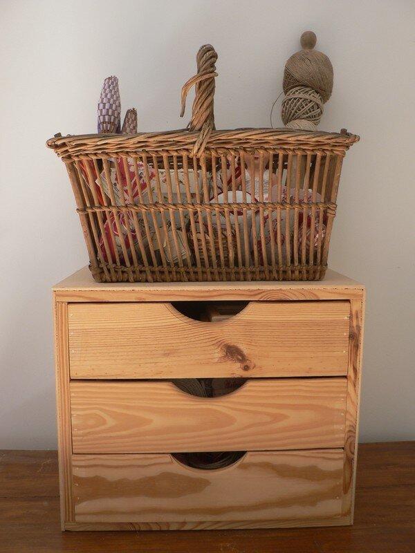 Un petit meuble peinturlur 3 tiroirs au fil rouge for Petit meuble 3 tiroirs