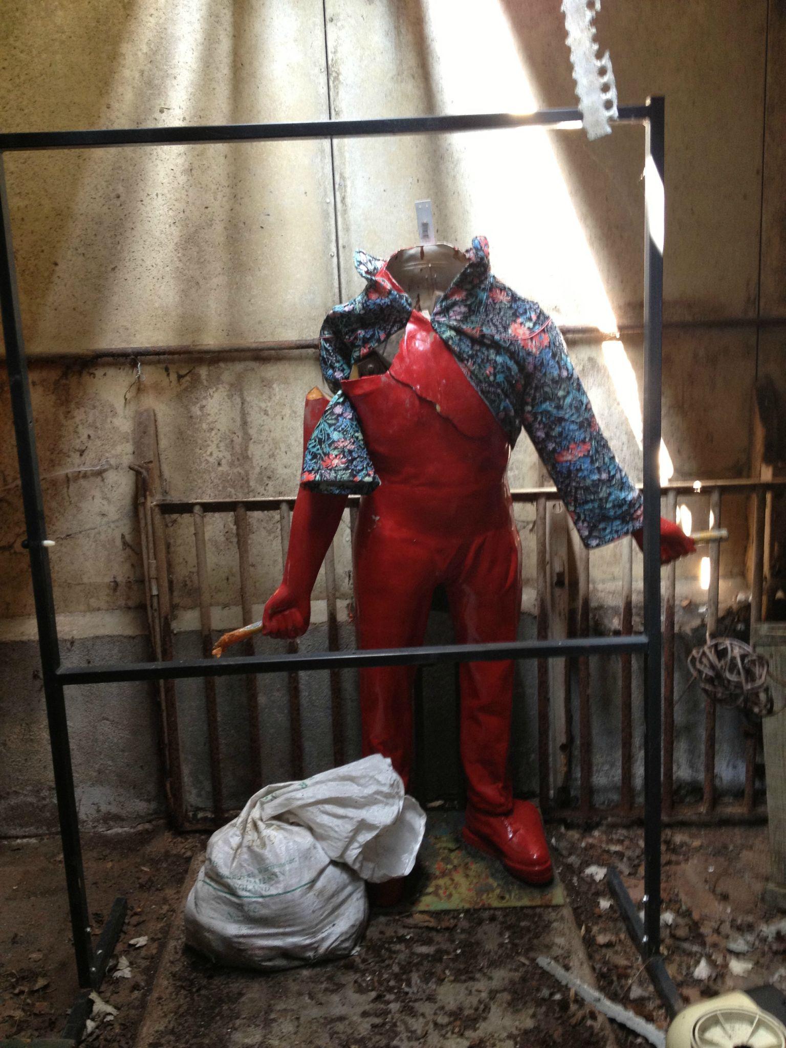 monsieur toilette dans le hangar de stockage