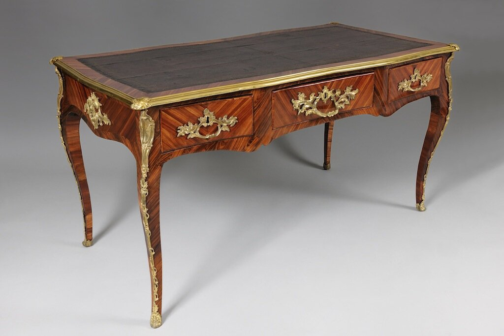 Le style louis xv ou le triomphe de la courbe regard d for Bureau louis 13