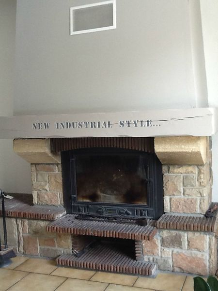 pour donner un nouveau style industriel a cette cheminee With commentaire peindre une poutre en bois 8 pour donner un nouveau style industriel a cette cheminee