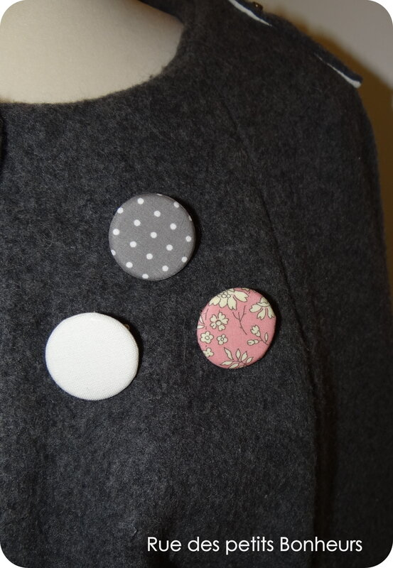 3 badges rose, gris et écru