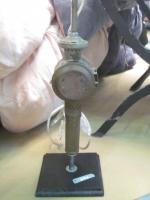 Détournement d'objet - Ancienne lanterne de voiture montée en pied de lampe sur socle de bois peint en noir - abat-jour gris (1)