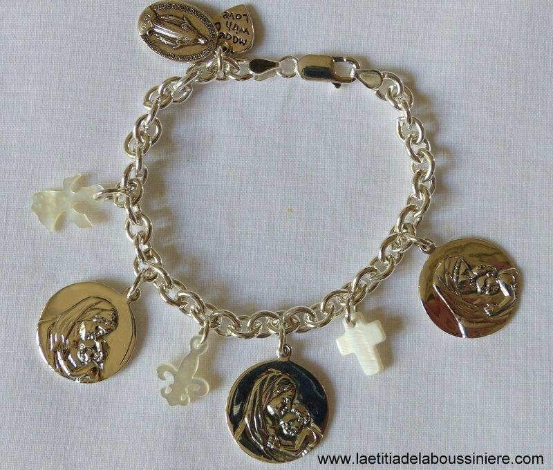 Bracelet personnalisé sur chaîne argent massif maillons ovales, médailles en argent massif et breloques en nacre blanche