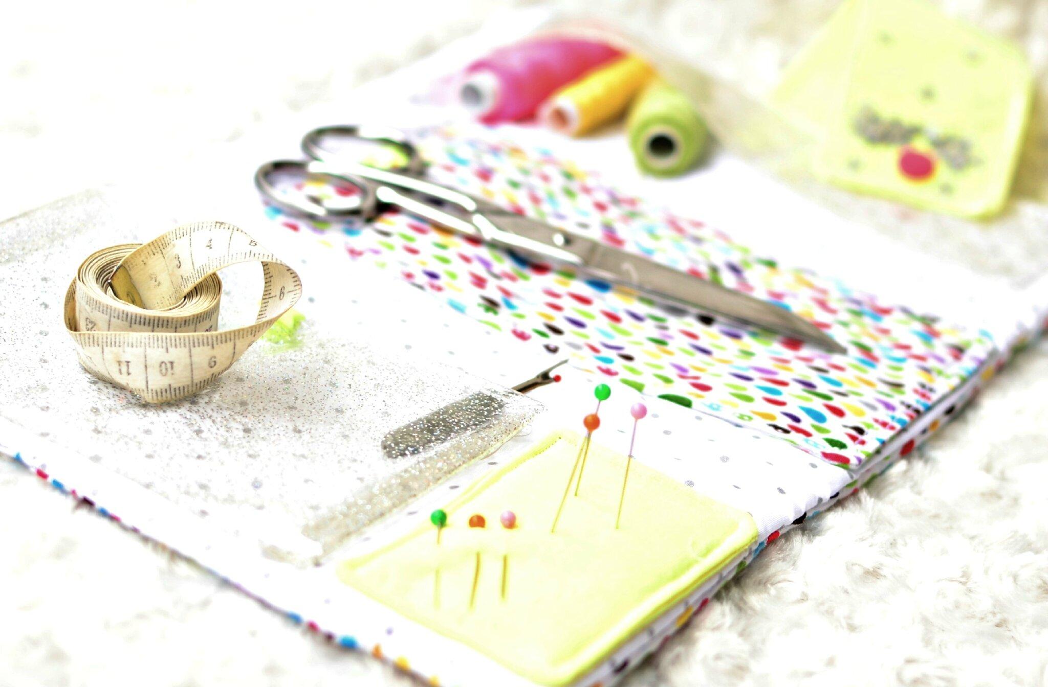 Pochette accessoires de couture en format portefeuille for Accessoire couture